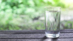 verre_eau_fond_bois